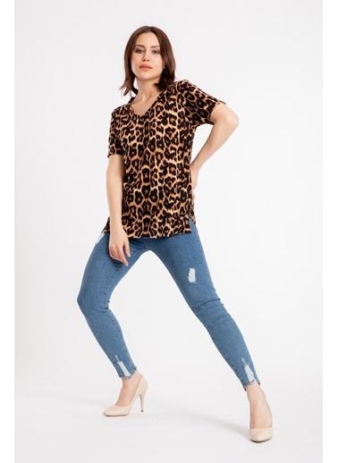 Madame Sare  Kadın V Yaka Leopar Desen Tişört Renkli
